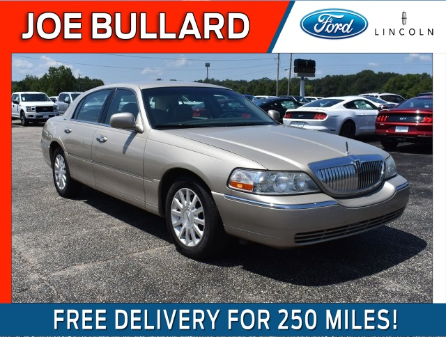 Pre-Owned 2006 Lincoln Town Car Signature